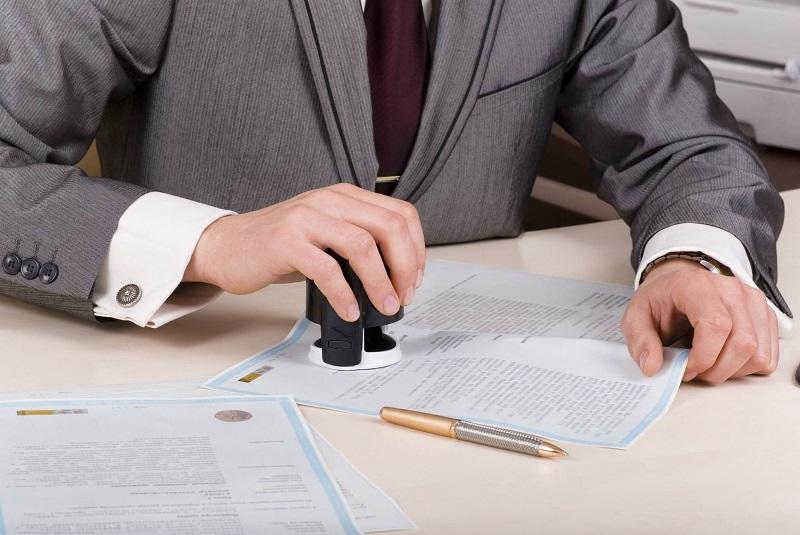 Trong hợp đồng thì bên nào đóng dấu giáo lai?